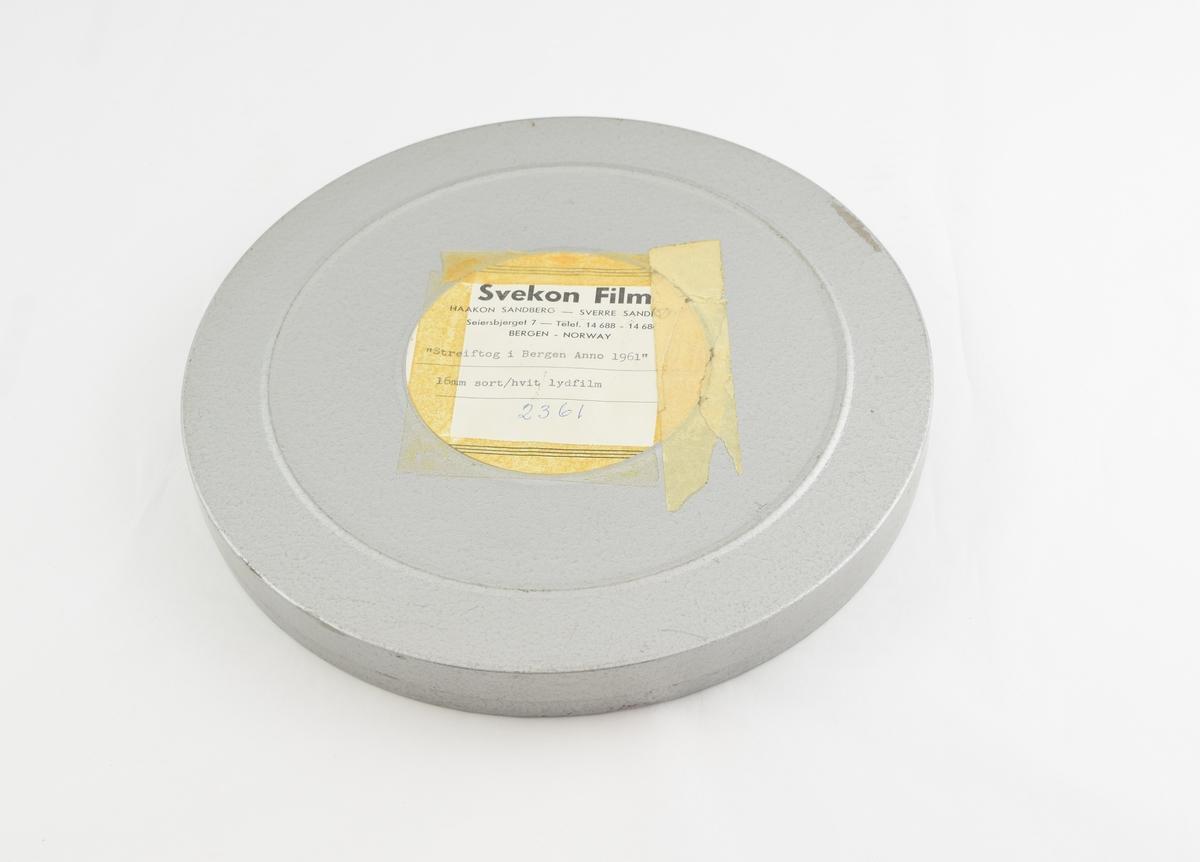 Filmrull i eske. Film på metallspole. Rundt metall etui i to deler: bunn og lokk.