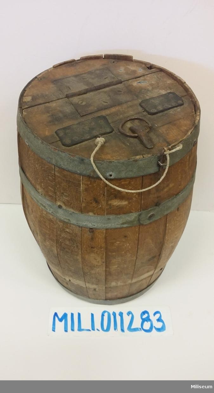 Tunna för socker och kaffe, av trä och med plåtbeslag.