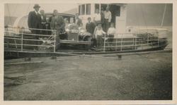 Den første bilen som vart frakta over fjorden frå Breistein