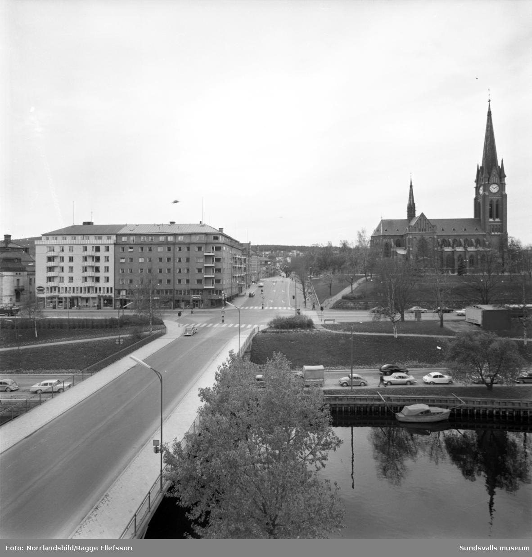 Huset på Storgatan 33, kvarteret Vinsten, och Storbron fotograferat från taket på snickerifabriken på andra sidan ån.