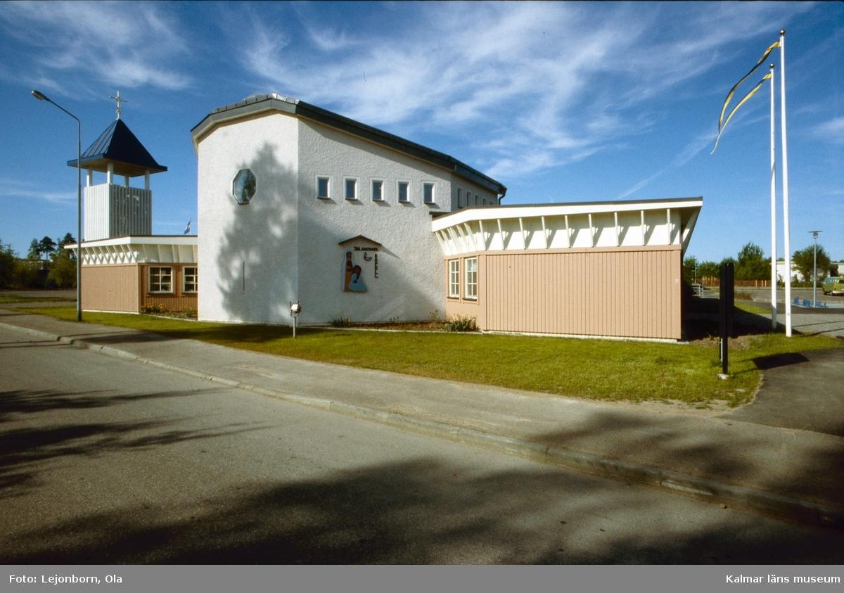 Två Systrars kapell i Norrliden  Kyrkan som invigdes 25 februari 1984 av biskop Sven Lindegård, är ritad av arkitekt Anders Berglund i Värnamo. Det åttakantiga kyrkorummet med högt sittande fönster för tankarna till Kalmarkustens försvarskyrkor. De kvarvarande rundkyrkorna i Hagby och Voxtorp har varit inspirationskällor till kyrkans arkitektur. Kyrkan har fått sitt namn efter systrarna Marta och Maria i Betania. Konstnärinnan Eva Spångberg har utformat relieferna av de båda systrarna på kyrkans norra vägg. I klocktornet med sin pyramidformade huv finns ett klockspel omfattande 37 klockor.