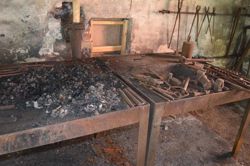 I essa var det glødende kull der han varmet jernet slik at han kunne forme det. (Foto/Photo)