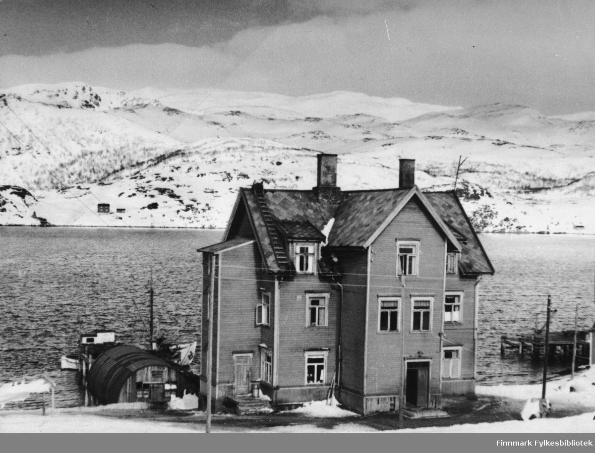 Internatbygning nede ved vannet, ble brukt som jenteinternat. Byningen sto opprinnelig i Austertana. Huset ble først brukt som kulturhus. Flyttet av Sven Foyn Hvalfangerstasjon.