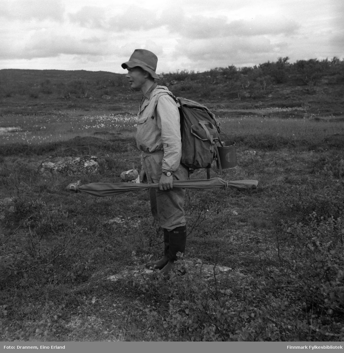 Odd Gabrielsen på tur med ryggsekk og fiskestang