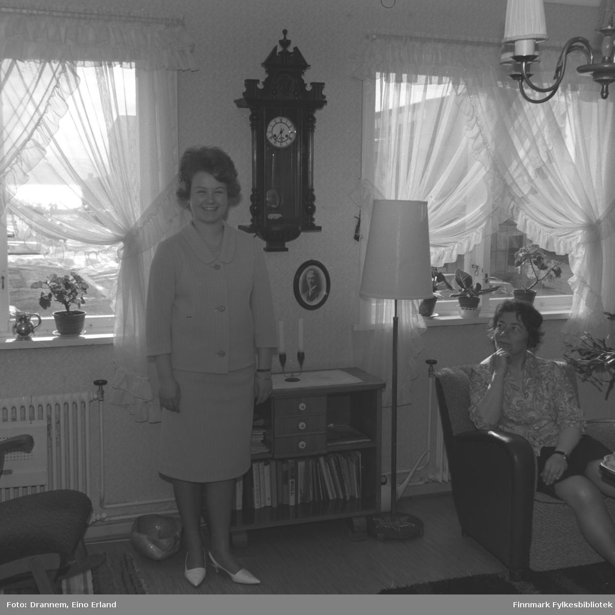 Turid Karikoski og Jenny Drannem fotografert i stua hjemme i Hammerfest.