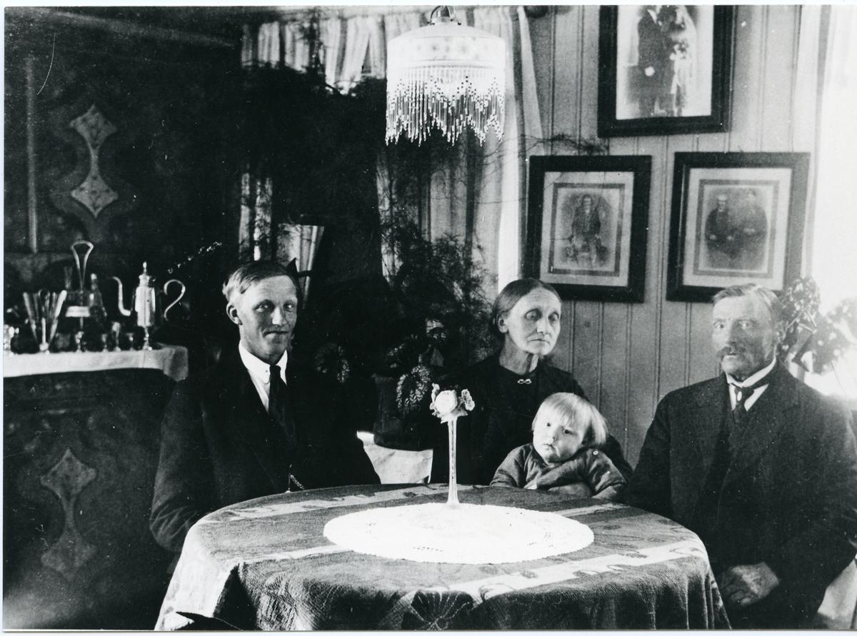 Portrett av familien Dønhaug på Nedre Dønhaug i Sør-Aurdal.