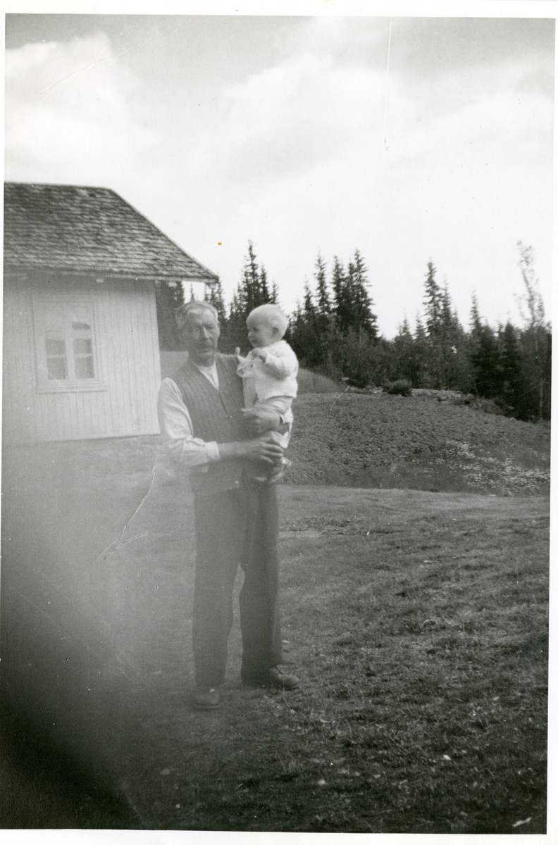 Martin Arneson Brænden med sønnesønnen Arne Gjørud på armen.