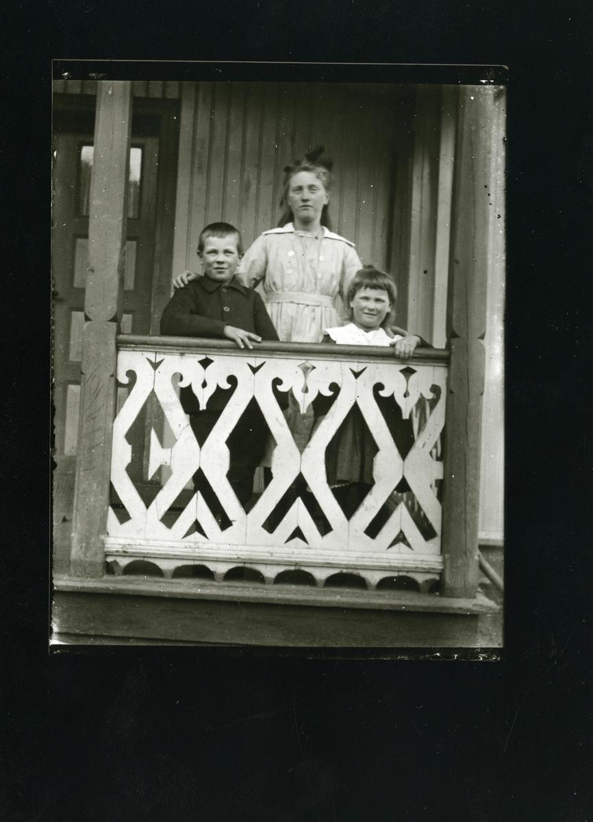Marte Fønhus med Mikael og Jøran.