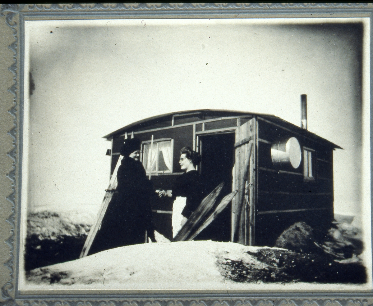 Berthe Mikaelsdatter Hagene utvandra til Amerika rundt 1900. Hun bodde aleine i denne hytta, på prærien, de første åra