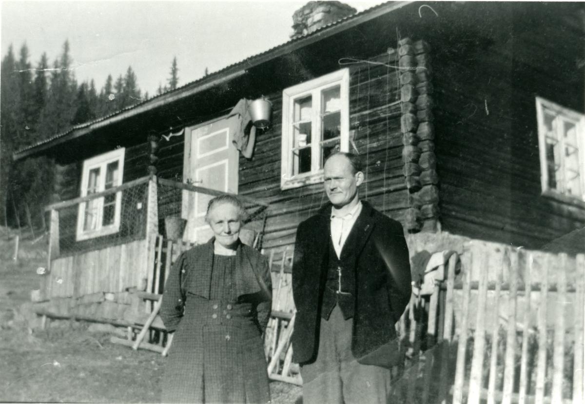 Berte og Martin Hesjadalen foran stua si på Brøtalie.