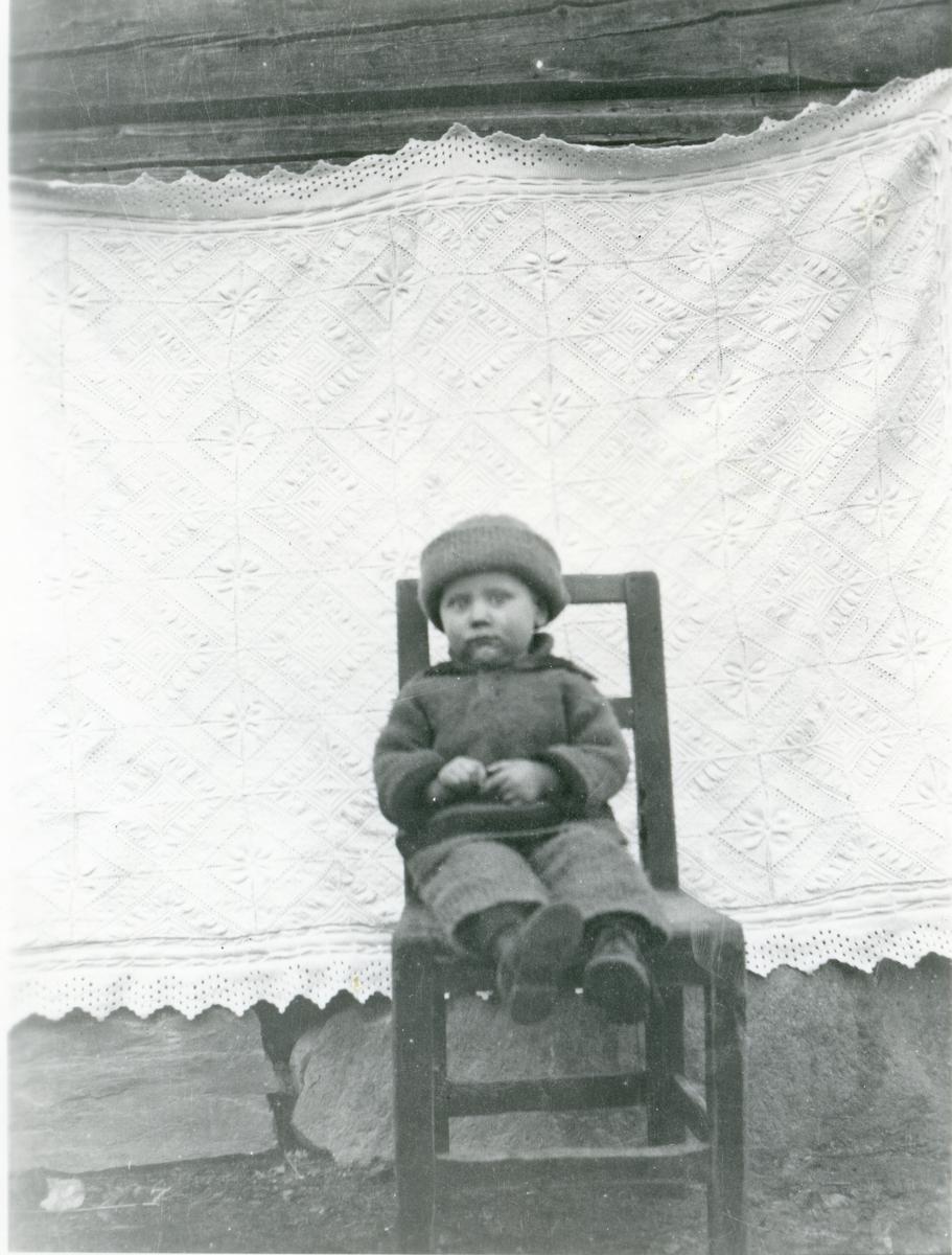 Barnefoto av Ole Haugen. Ca 2-3-årsalderen.