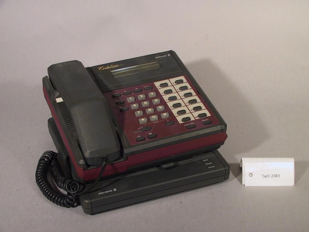 """Telefonapparat med krypterad överföring """"Codeline"""". Testmodell, med undersats typ ZAT 505 201/801 år 1989."""