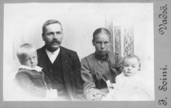 Familieportrett av Emil Halto med kona Hilda og barna, den e