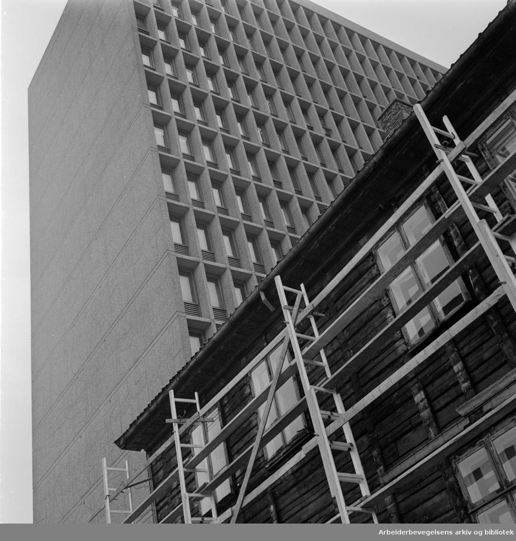 Empirekvartalet rives (Akersgt. 44).Mars 1962