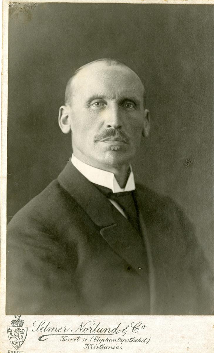 Portrett av Olaus Islandsmoen. Et av bildene er tatt ca 1918.