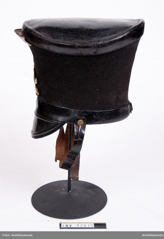 Grupp C I. Ur uniform för tygstatskompani vid Svea artilleriregemente 1832-73.  Består av jacka, byxor, tschakå, pompong, 2 par skor, damasker,  halsduk, skärp, gehäng.