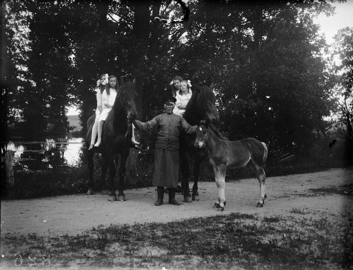"""""""Flickor till häst vid Flosta källa"""", Altuna socken, Uppland 1918"""