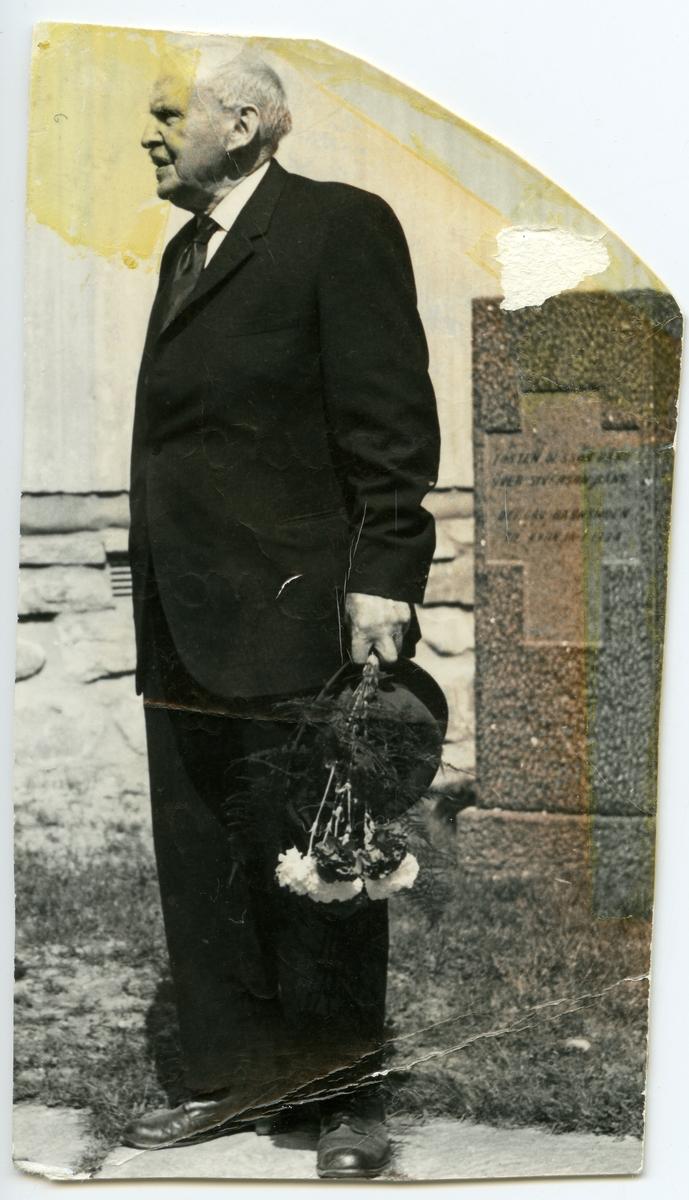 Portrett av Sigurd Islandsmoen ved Bagn kirke, våren 1964.