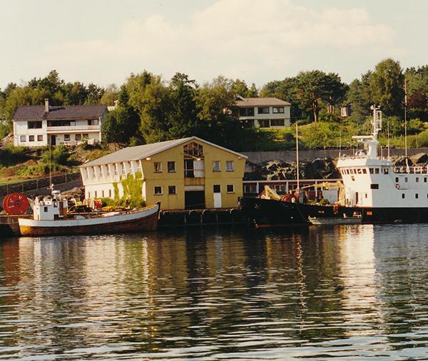 Kabelskip ved utenfor Dolviken sjøkabellager