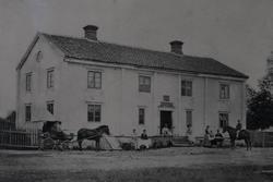 Ryssby herrgårds huvudbyggnad med folk, ryttare, häst och va