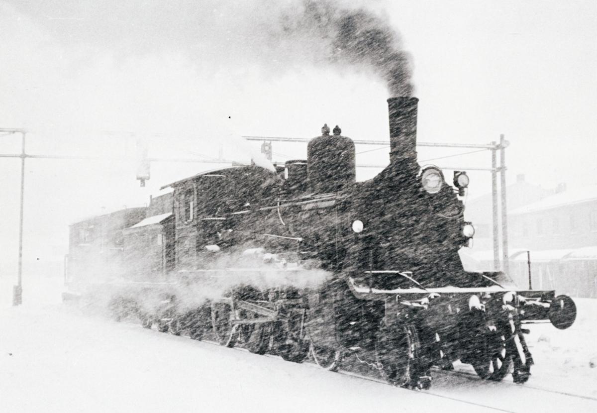 Damplokomotiv type 18c 233 med sporrenser.