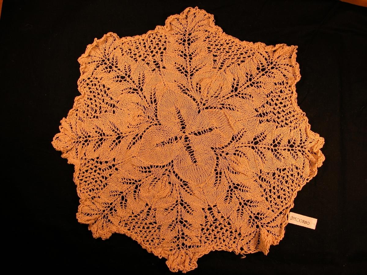 4 blad i sentrum, med laus strikk som dannar ein kross i midten.
