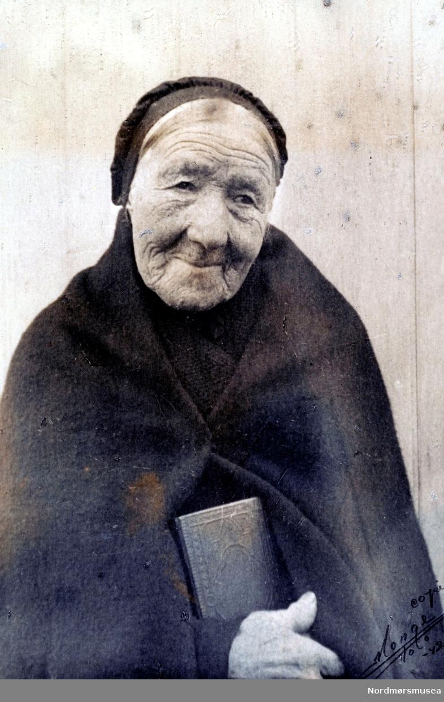 Portrett av en gammel kvinne fra Todalen i Surnadal kommune. Legg merke til den gamle kirkedrakten. Datering er usikker, men bildet er reprodusert av Monge i 1942. Fra Nordmøre museums fotosamlinger.
