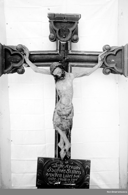 Foto av et krusifiks laget av Simon (Simen?) Volden, trolig til Øksendal kirke i 1709. Ukjent datering. Fra Nordmøre Museums fotosamlinger.