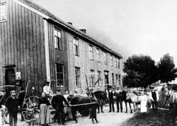 En dag i slottonna på en gård i Øksendal. Her ser vi arbeids