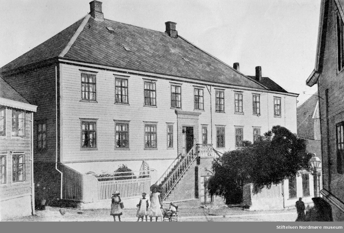 Foto fra Marstrandsgården i Storgata på Kirkelandet i Kristiansund, som i 1928 huset lagret og kontorene til Brunsvikens reperbane samt privatbolig. Bildet er datert trolig fra det nevnte årstall. Fra Nordmøre museums fotosamlinger.