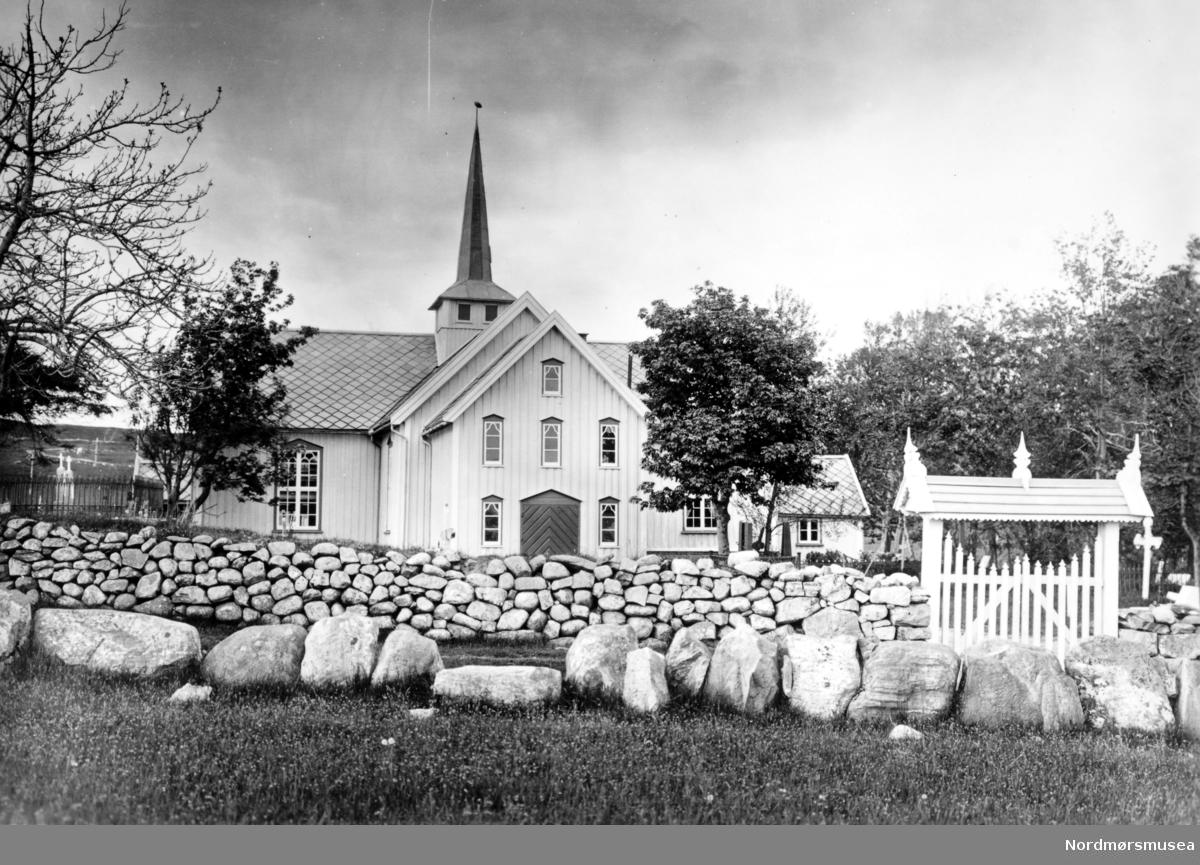 Serie. Bremsnes kirke i Averøy kommune. En del av trærne er plantet i slutten av 1700-tallet av den daværende eier av gården, skotten William Leslie. Fotograf er trolig Olaf Yderstad. Nordmøre Museums fotosamlinger. Reg: EFR