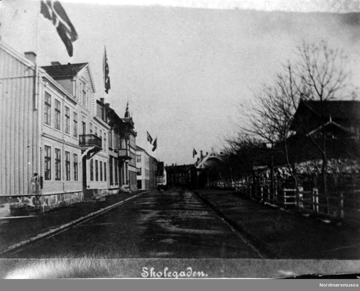 Skolegata, sett fra krysset ved Langveien. Her ser vi husene har heist det norske flagget. 17. mai ? Fra Nordmøres fotosamlinger.