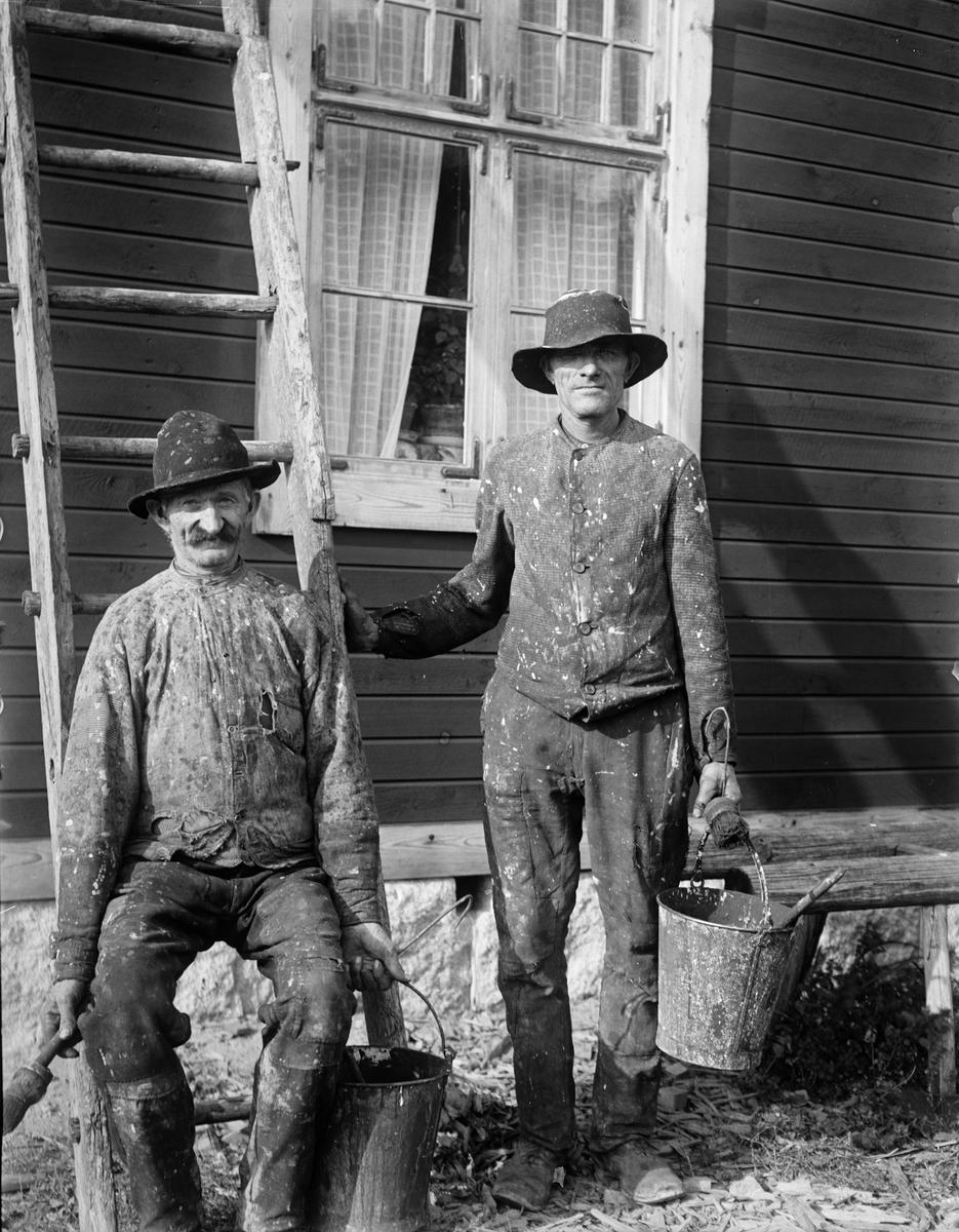 """""""Lindgren står och Torelll sitter på stegen"""", Sävasta, Altuna socken, Uppland 1919"""