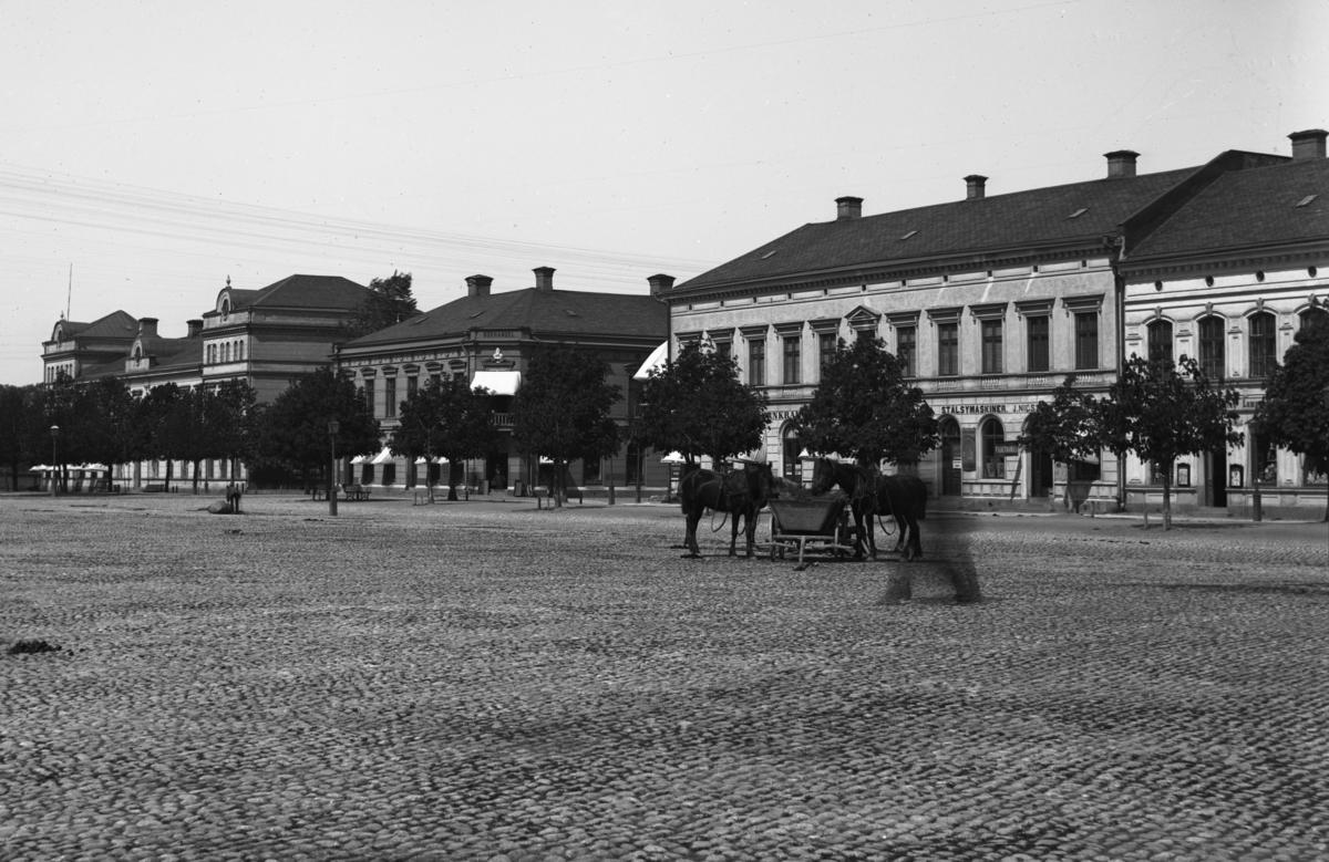 Vy över torget och Kungsgatan ca år 1895.