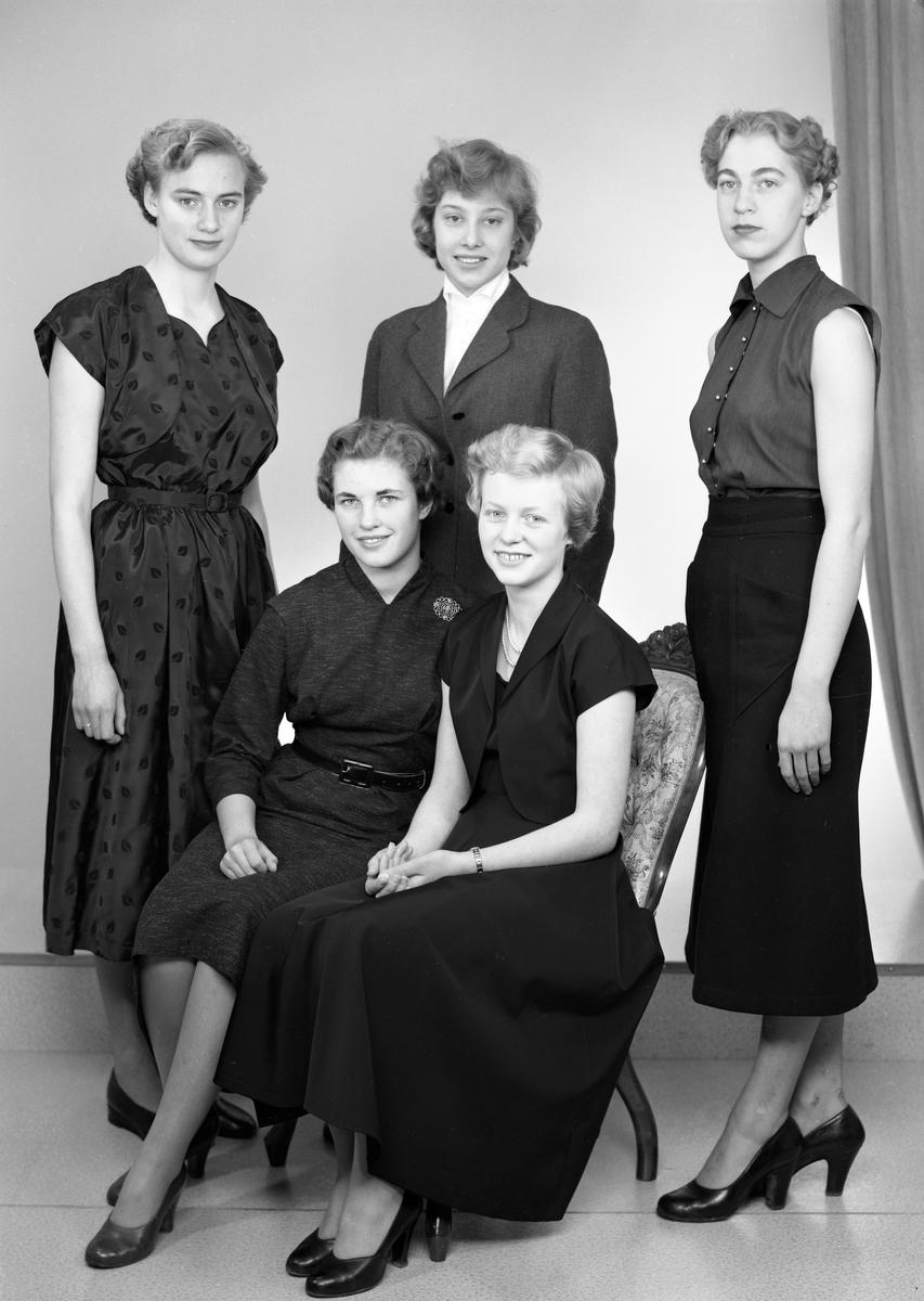 Luciakandidater i Arvika 1954. Till Lucia utsågs Kerstin Thorpman, sittande till höger. Stående i mitten, Inger Fernlöf från Stavnäs