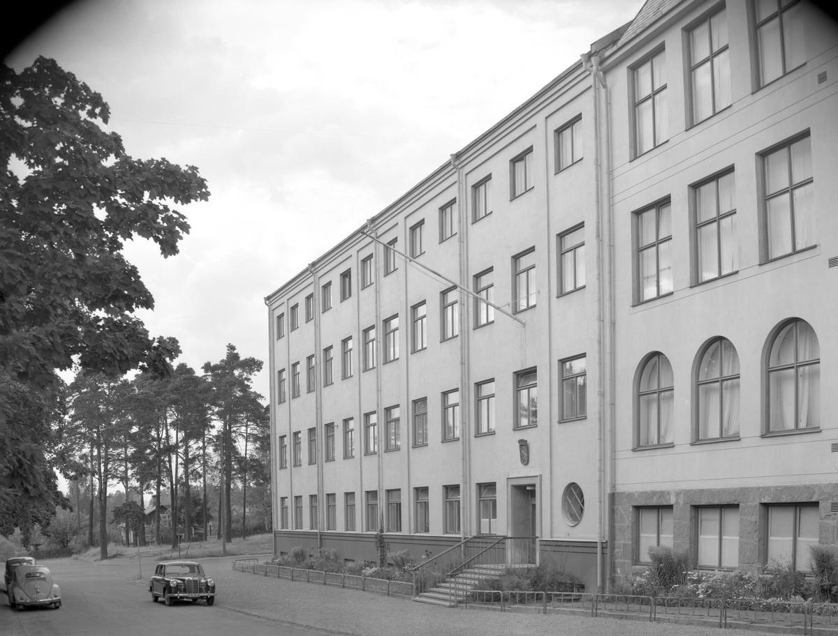 Yrkesskolan respektive folkskolan i Arvika 52-05-23. Den bortre husdelen byggdes 1904 åt Arvika Träfabrik, togs över av Tobaksmonopolet som lager för råtobak till 1923, då Arvika stad byggde om huset för skoländamål. Den östra delen av nuvarande Centralskolan invigdes 1914.