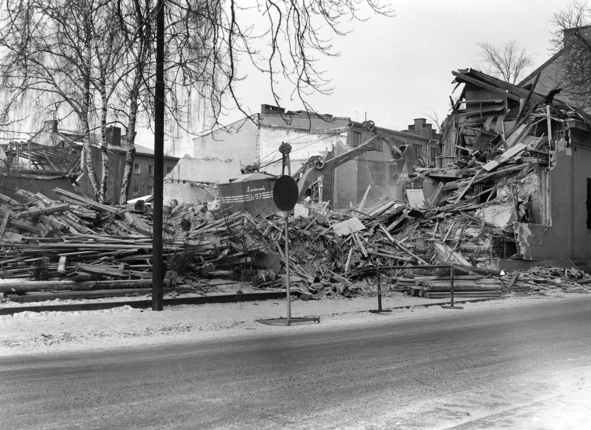 Bild tagen i januari 1964  från rivningen av halva kvarteret Freja inför bygget av bl a dåvarande polishuset. Skriv freja i fritextsökfältet för jämförande bilder.