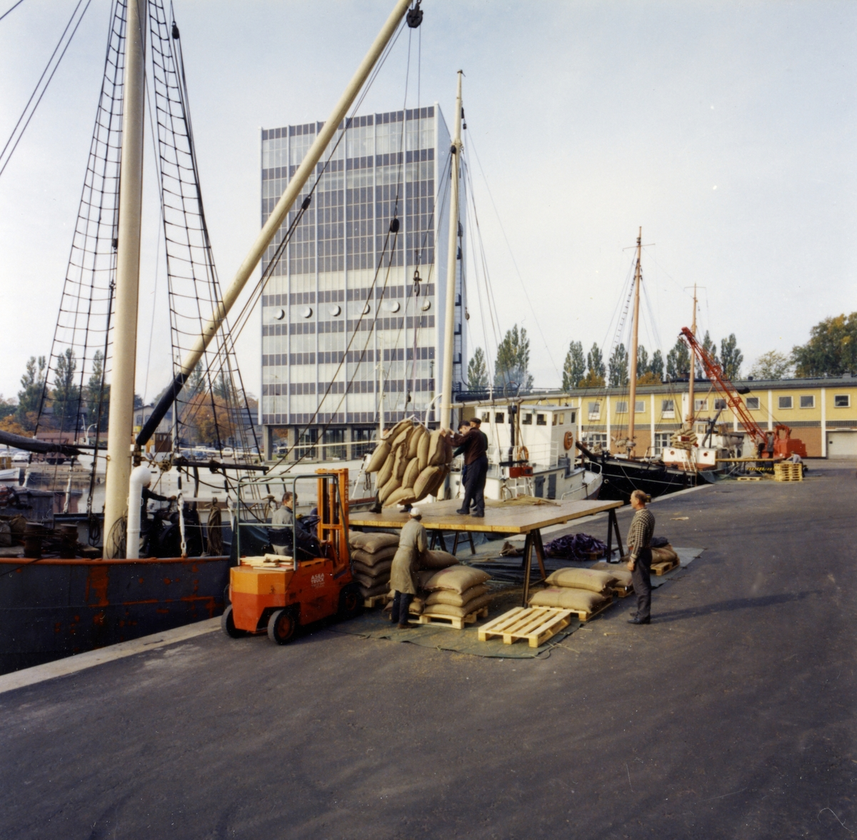 Bild från Löfbergs kafferosteri tagen 1964 eller 1965.