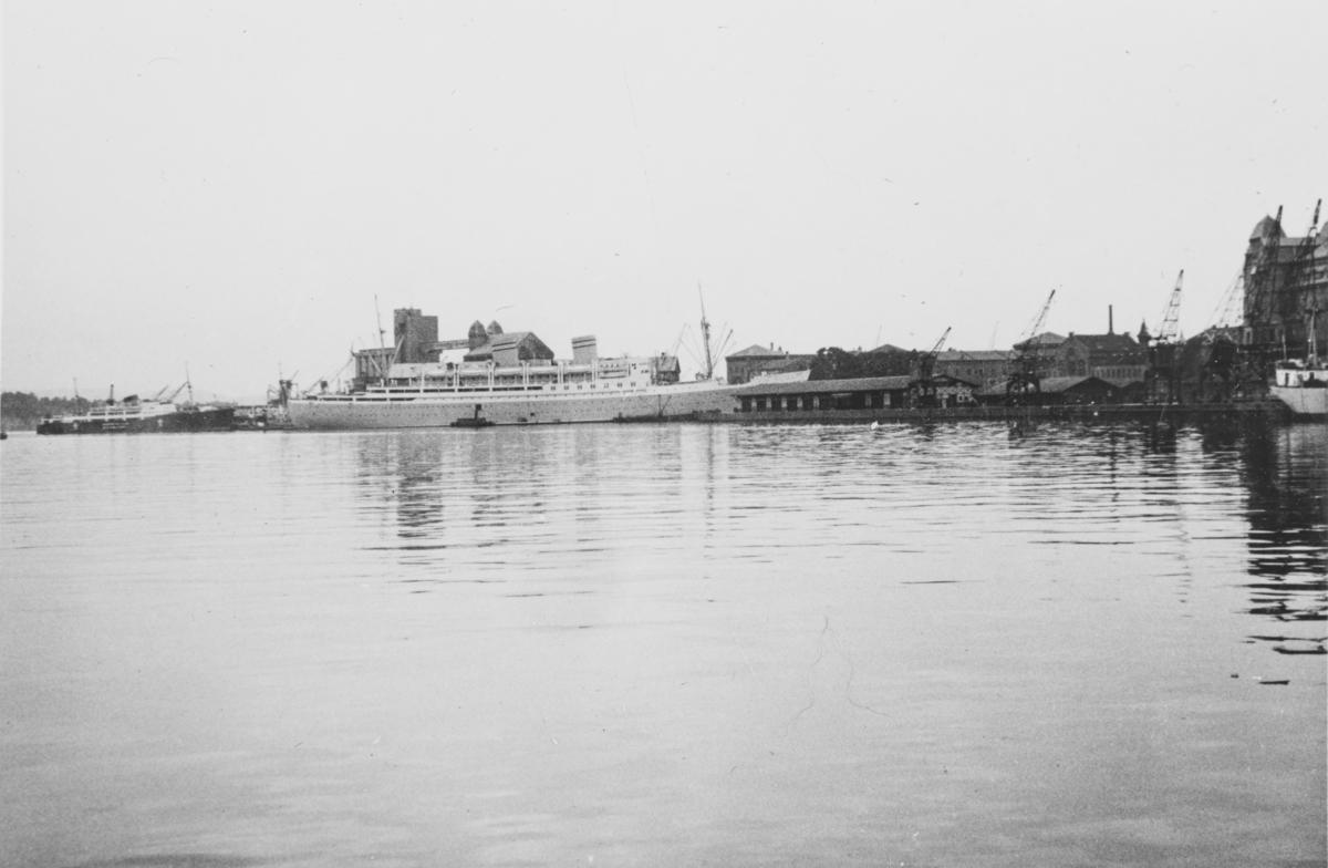 """MS Oslofjord, Den norske Amerikalinjes passaskjerskip fra 1937. Billedtekst i albumet: """"Oslofjord for siste gang?"""" Skipet gikk på en mine utenfor England og sank i desember 1940."""