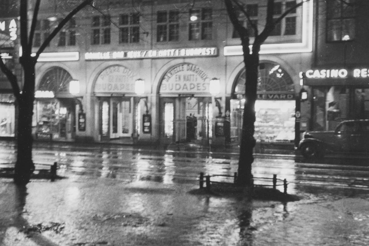 Casino i Stortingsgaten ved natt.  Boulevardteatret (t.h.) ble åpnet i 1915 (avløste kinoen National som åpnet i 1907). Ble nedlagt i 1941. .Lastebilen er av årsmodell ca. 1924-1928.