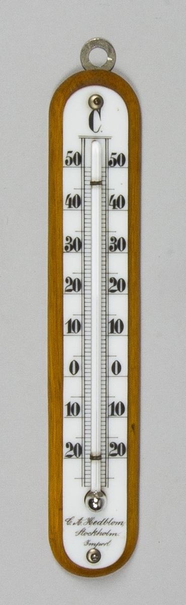Inomhustermometer av ek med avfasade hörn. Skala i celsius, 20-50, på porslinsplatta med målade svarta siffror. Glasrör och kvicksilverstapel. Upphängningskrok.