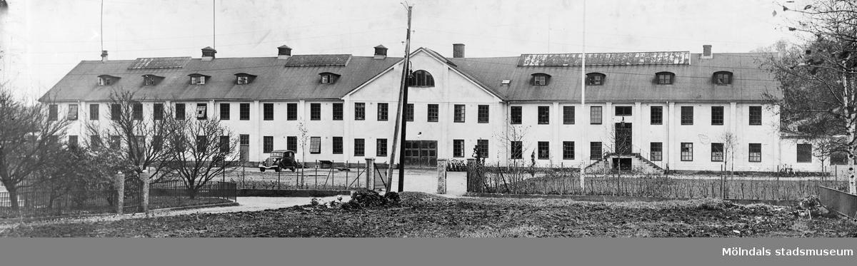 Yrkesskolorna vid Berzeliigatan, nuvarande Terrakottagatan, i Mölndal, 1920-1930-tal. Byggnaden var förr tegelbruk, sedan yrkesskola med verkstadsinriktning. Revs på 1980-talet.
