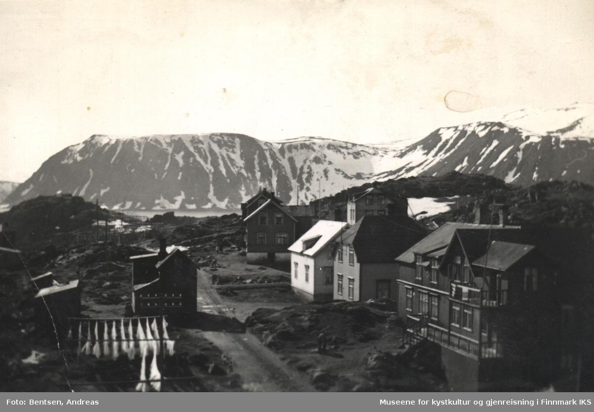 Honningsvåg før 1945. Bebyggelse i Rådhusgata. Hotell Fønix t.h., klesvask (kanskje fra hotellet) t.v.