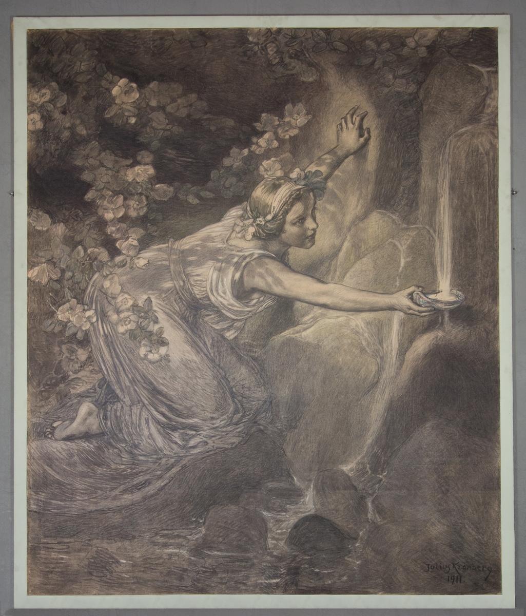 En ung kvinna i helfigur, knästående, sträcker fram ena handen i vilken hon håller en skål som hon fyller med vatten från ett rinnande källflöde. Omgiven av stenar och berg.