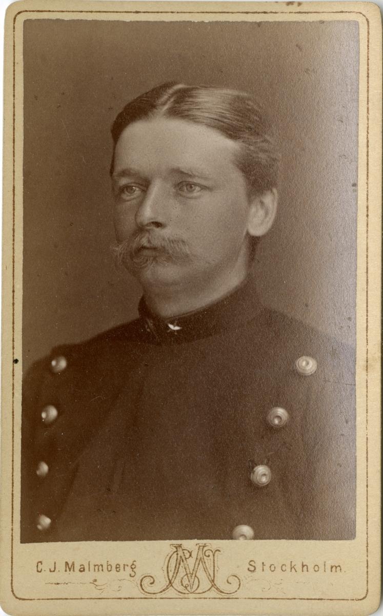 Porträtt av Gustaf Salomon Knut Sjöbohm, löjtnant vid Kronobergs regemente I 11.  Se även bild AMA.0002201 och AMA.0008463.