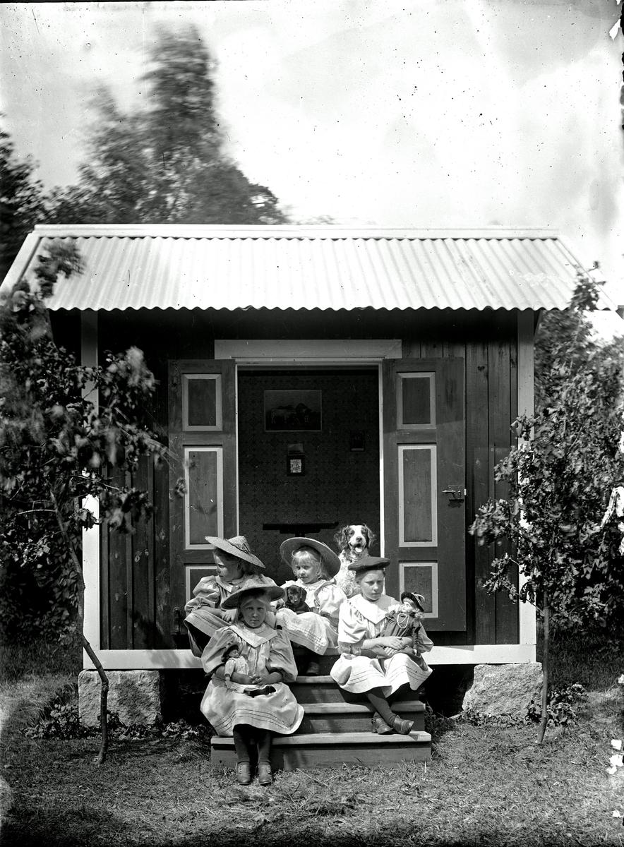 Barn vid lekstugan på Afhulta. Fotograf okänd.