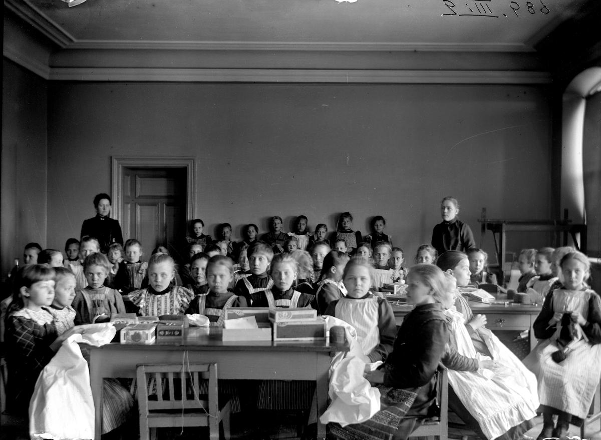 Flickslöjdens elever på Folkskolan.
