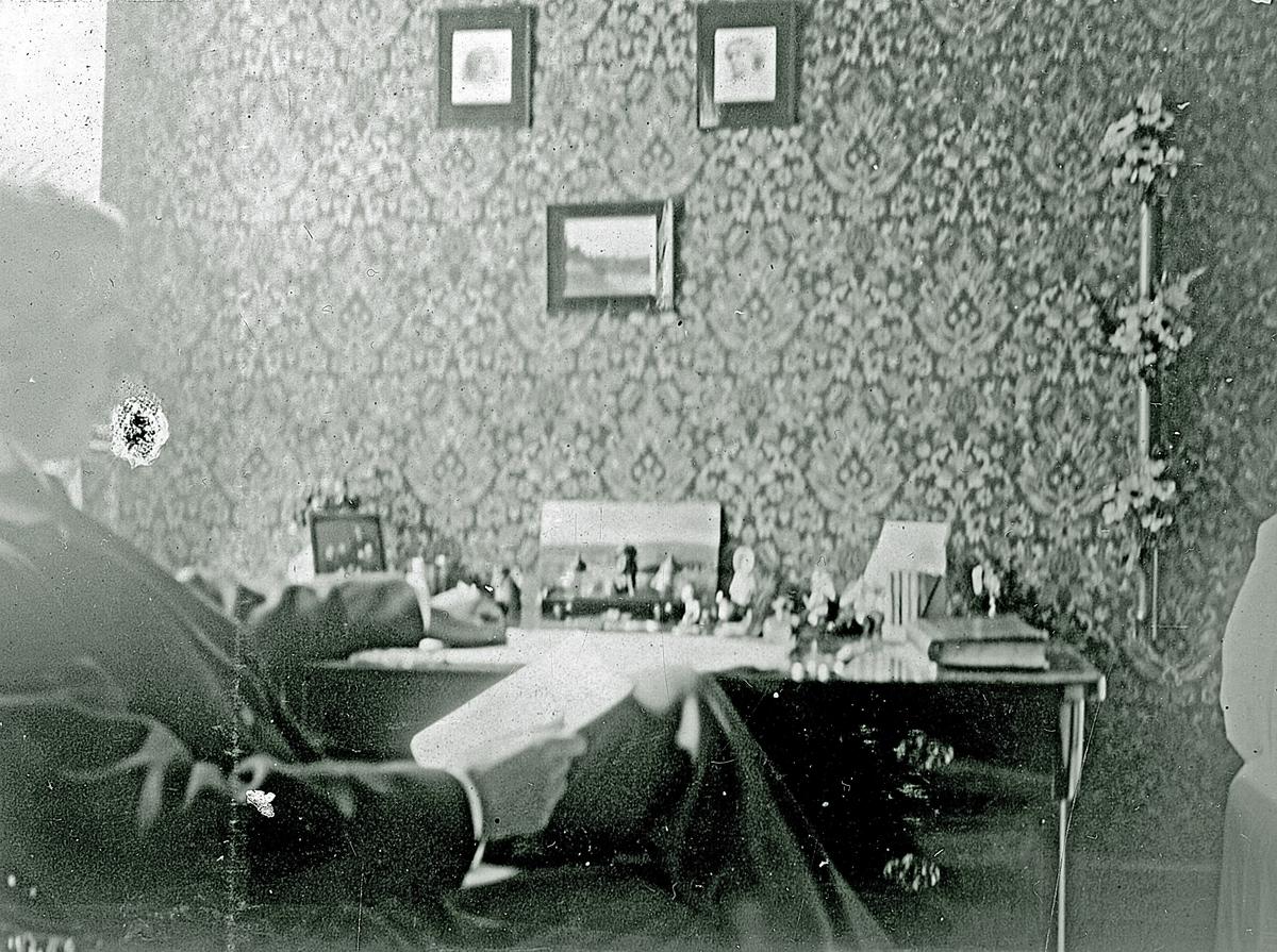 En okänd man som sitter och läser. Fotograf Alfred Bergendahl. Givare H Bergendahl.