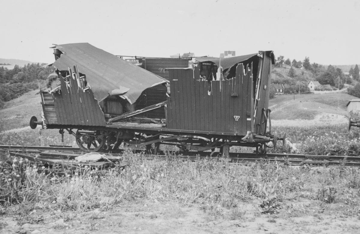 Ødelagt godsvogn etter jernbaneulykken på Grorud 15.6.1940, da persontoget til Eidsvoll sporet av og flere vogner veltet. To mennesker ble drept og 12 mennesker såret i ulykken. Årsaken til ulykken var et jernstativ som lå i sporet og som sannsynligvis hadde falt av et møtende tog. Godsvogner ble benyttet som passasjervogner i dette toget, noe som bidro til det store skadeomfanget.