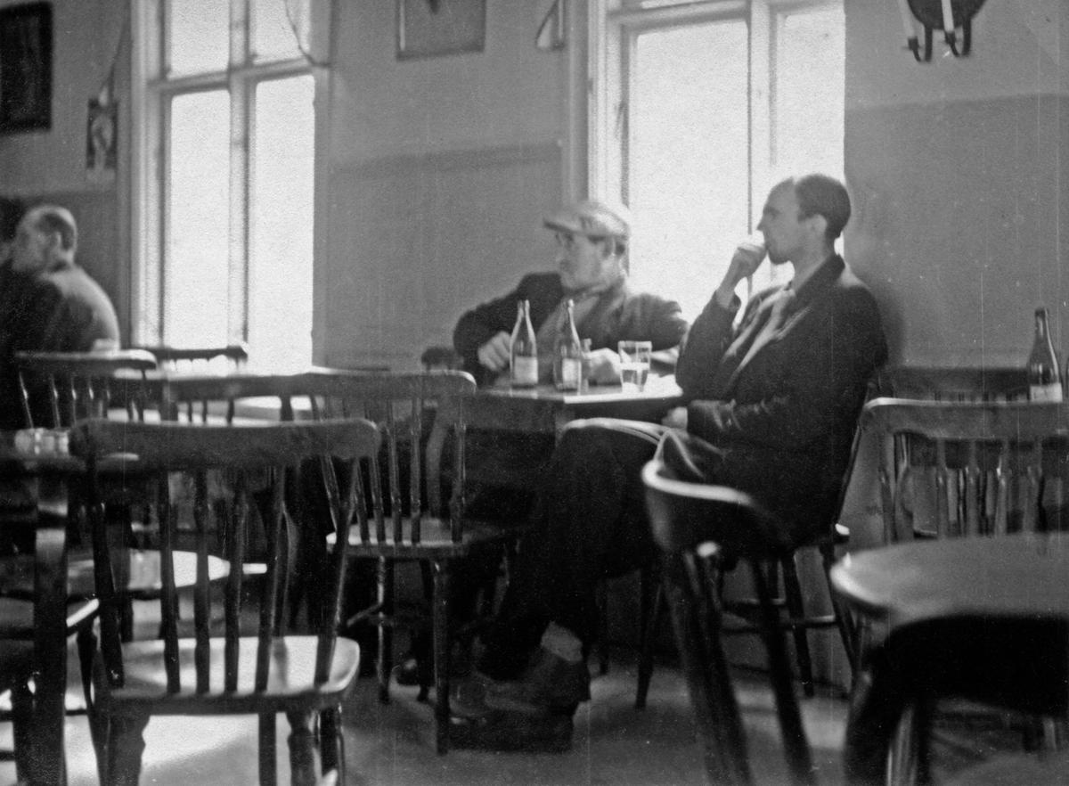 Två män sitter vid ett bord på ett ölkafé i Jönköping.